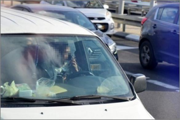 صور: الشرطة ترصد عشرات السائقين وهم يستخدمون الهواتف النقالة على شارع 4