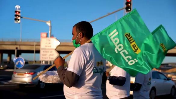 الناشطون الداعمون للقائمة الموحّدة يجوبون شوارع رهط خلال توزيع النشرة