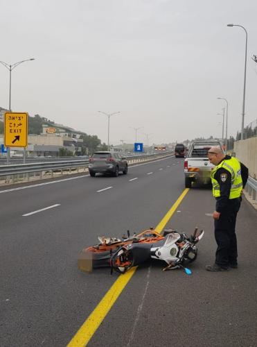 إصابة شاب سائق دراجة نارية بحادث طرق على شارع 70