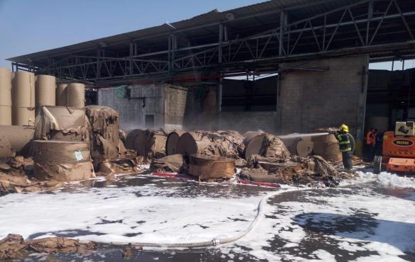 اندلاع حريق هائل في مصنع للورق بالخضيرة