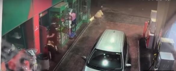 شاهدوا: سطو وإعتداء عنيف على عامل في محطة وقود قرب الخضيرة