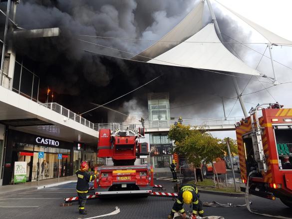 """إندلاع حريق ضخم في المركز التجاري """"مكس"""" في الخضيرة"""