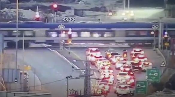 شاهدوا: سائق يقود بعكس السير ويعبر حاجز قطار قبل ثوانٍ من مروره !